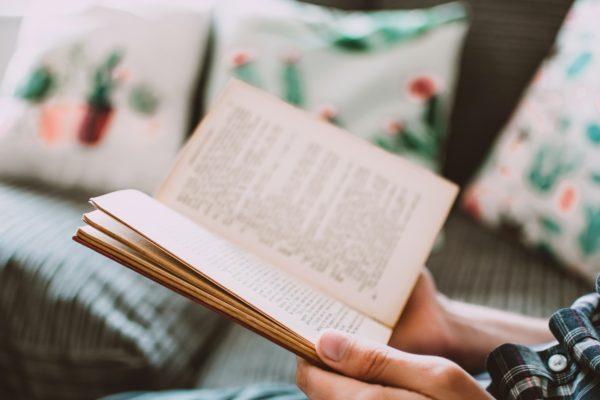 教科書を読む人